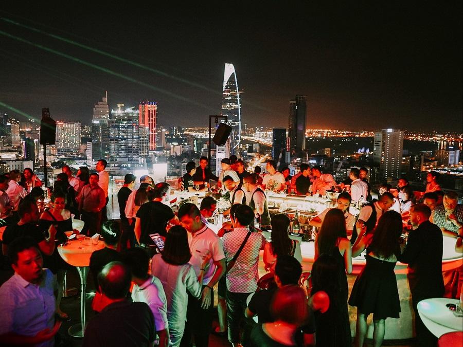 Chill Skybar nằm trên tầng thượng tòa nhà AB Tower - một trong những quán cà phê sang nhất Sài Gòn.