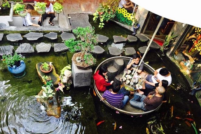 Oasis Cafe Phạm Văn Đồng - quán cà phê cá koi hút khách