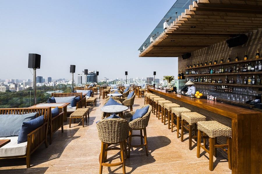 Social Pool Rooftop Bar Des Art hotel là nơi tuyệt vời để ngắm Sài Gòn từ trên cao và thưởng thức nhạc live