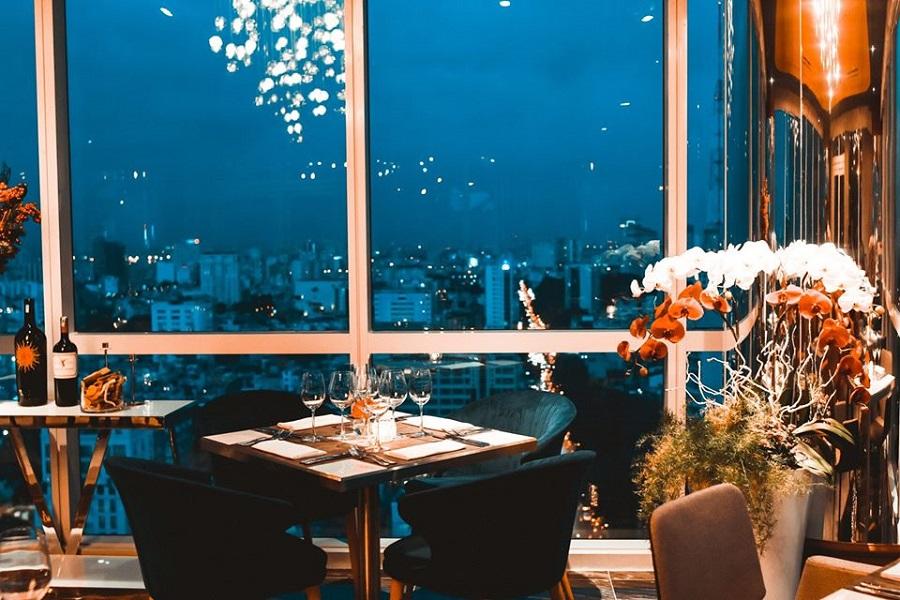 Shri Lounge là một quán cà phê + nhà hàng nằm trên tầng cao nhất của tòa nhà Centec Tower.