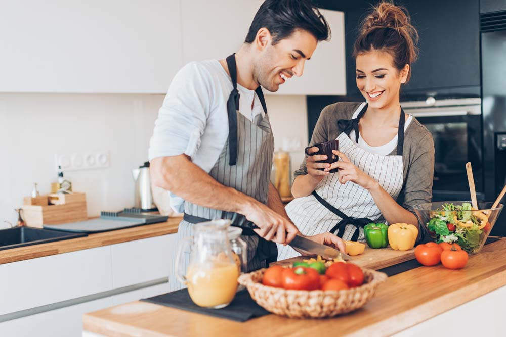 Các cô gái khi yêu rất muốn được vào bếp nấu ăn cho người yêu.