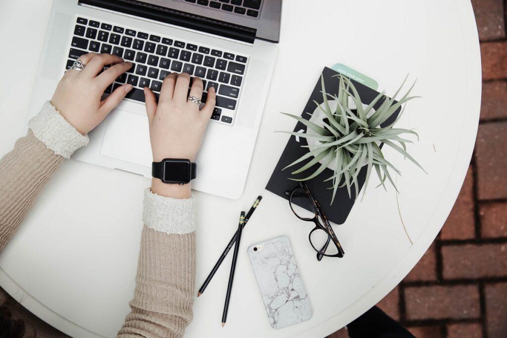 """Để tăng độ tin cậy cho khách ghé thăm website, fanpage,.... nhiều doanh nghiệp đã thuê những content chuyên nghiệp về """"đóng vai"""" khách hàng chia sẻ những trải nghiệm về sản phẩm/ dịch vụ (review sản phẩm/dịch vụ) của họ."""