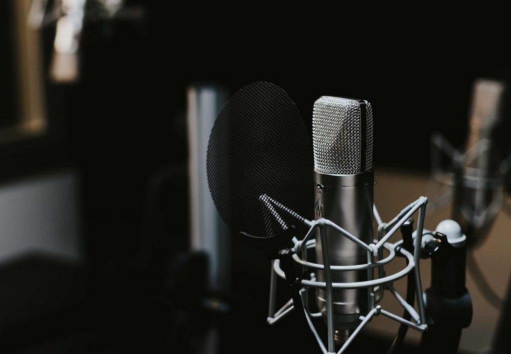 Công việc này dành cho những bạn yêu thích nghề phát thanh, có giọng nói hay, chuẩn xác.
